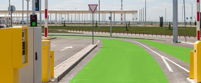 Поворот на парковку Р1 в аэропорту Симферополя