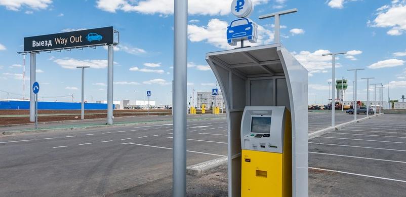 Паркомат для оплаты парковки в зоне Р1 аэропорта Симферополь.